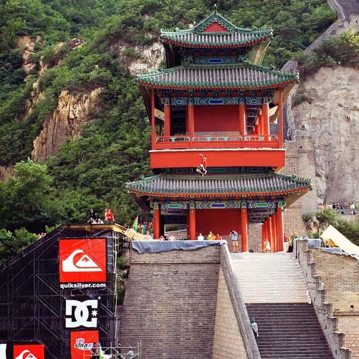 דני ווי קופץ מעל חומת סין